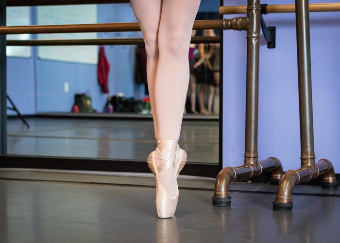 Ballerina en pointe in studio